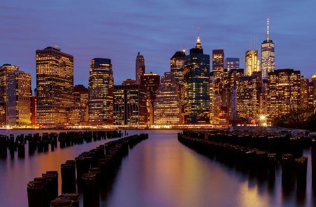 夜のニューヨーク市のウォーターフロントのスカイライン