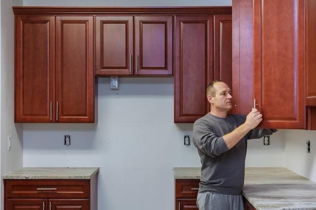 家具の取り付けはキャビネットのドアを蝶番で固定します
