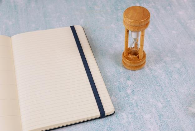 時間の経過としてのビジネスの締め切り砂時計のコンセプト