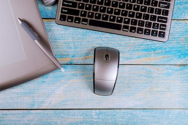 Стол творческого работника на ноутбуке и графический планшет офисный стол