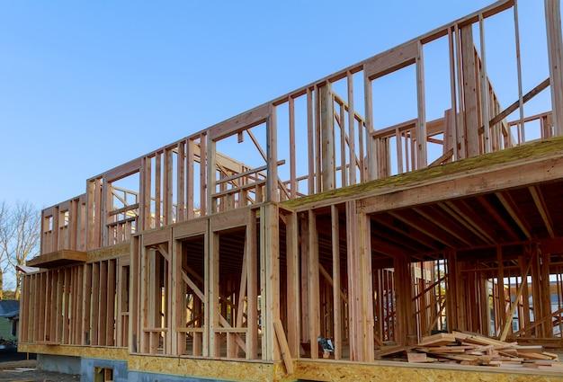 新しい家の建物の外装の木製の梁の建設