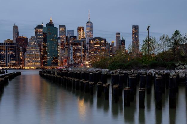 ニューヨーク市とハドソン川からマンハッタンのスカイライン