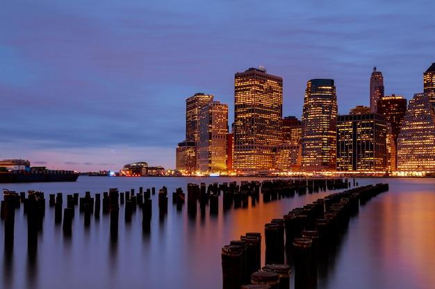 ライトアップされたダウンタウンニューヨーク市マンハッタンのスカイライン