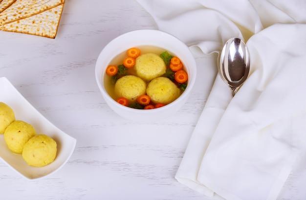 ユダヤ人の伝統料理のマッツォボールスープ