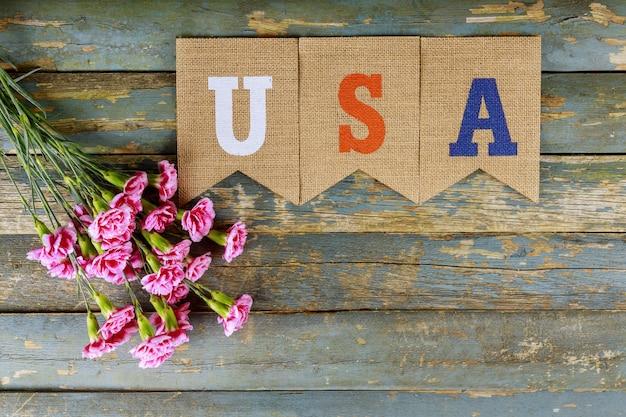 Сша символика свободы, свободы, патриотизма, чести, американского дня памяти на букет красных гвоздик