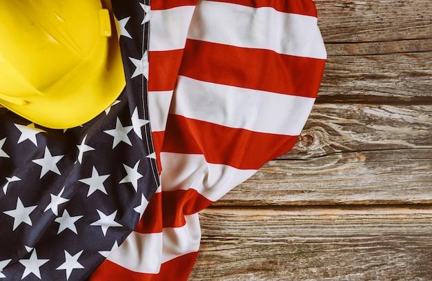 我ら。労働者の日の連邦の祝日は、エンジニアの黄色いプラスチック製のヘルメットのアメリカ