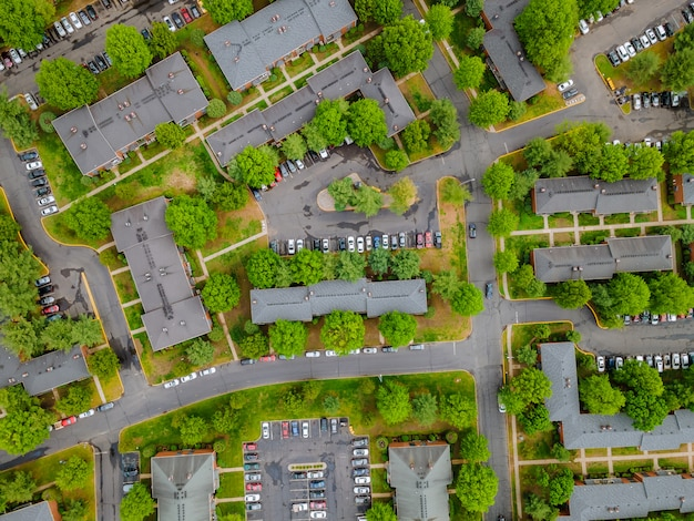 Маленький городок с высоты загородного микрорайона с домами