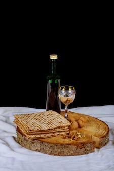 Серебряная винная чашка с мацей, еврейской символикой праздника песах. песах концепция.