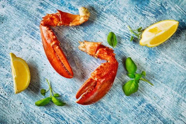 Вкусный ужин из морепродуктов свеже-вареного лобстера