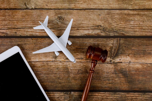 飛行機模型飛行機のデジタルタブレットで木製裁判官小槌の旅行の概念のための立法事務所法