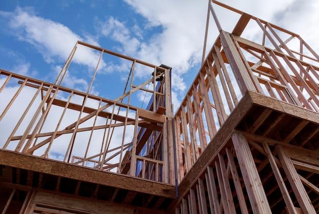 建設中の木造トラス、ポストおよびビームフレームワークフレームハウスの下の住宅建築家フレーミング