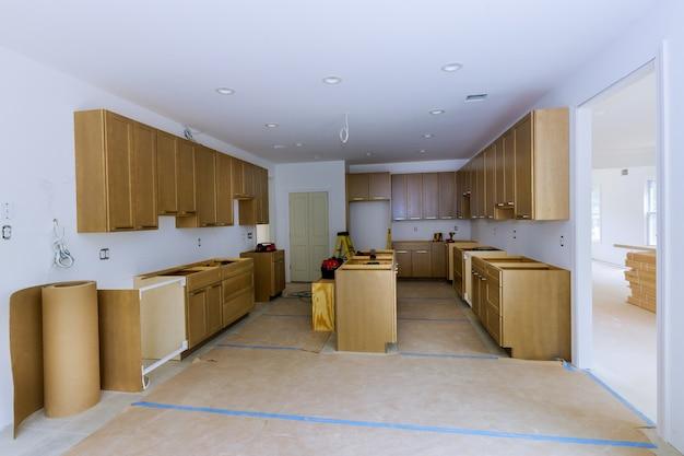 新しいキッチンに設置されたキャビネットビューで引き出しを美しい家具に改造