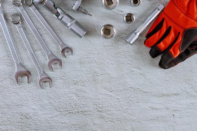 車修理自動車整備士石の背景の組み合わせスパナ自動車レンチで作業用手袋