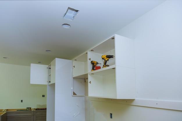 カスタムの新しいキッチンキャビネットの家具の組み立て