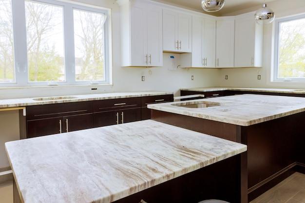 改築とインテリアデザインの新しい白いキッチンの改修