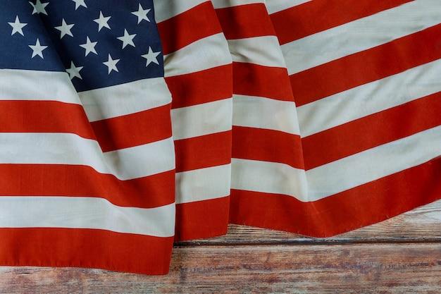 アメリカの祝日記念日木製の背景にアメリカの国旗