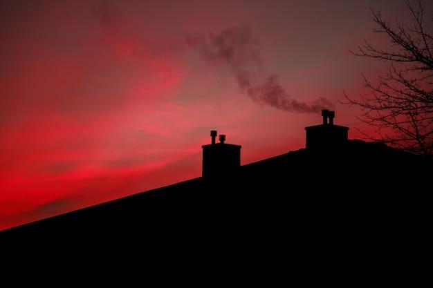 Дым восход солнца небо утренний дым из дымохода