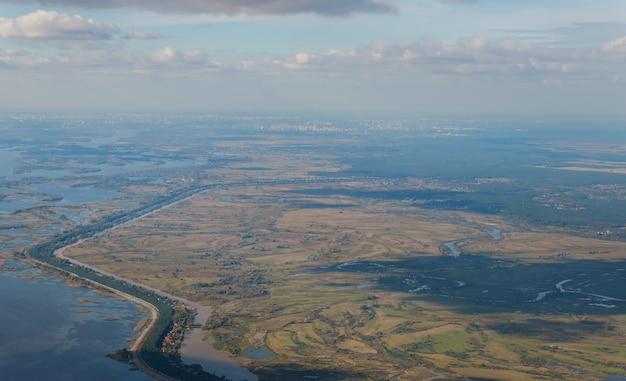 Вид сверху или с высоты птичьего полета на наземный ландшафт с плодородной почвой и травой в зеленом