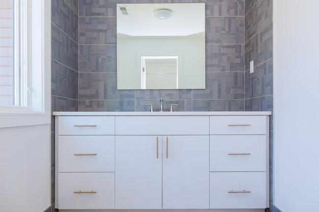 グレーストーン模様のタイル張りのモダンなバスルームのインテリアデザイン