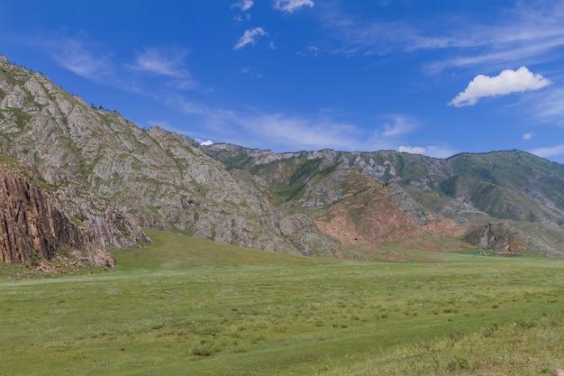 雲と山の風景。