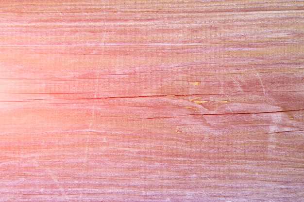 クラック、トーンのピンクの背景を持つ古い松ボード