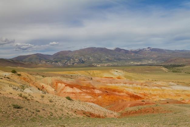 アルタイのキジルチン渓谷の赤い山
