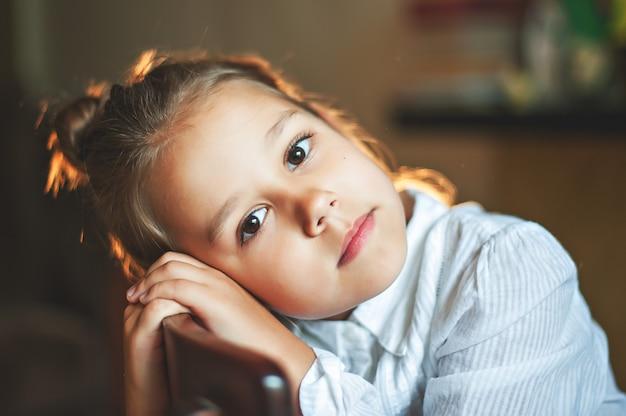 ヴィンテージ少女の肖像画のクローズアップ、夜、ランプを消灯