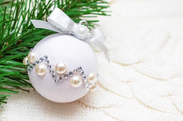 モミの松の木と光沢のある装飾クリスマスボールの枝