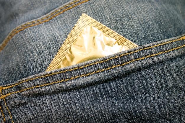 ジーンズポケットにコンドームを詰める