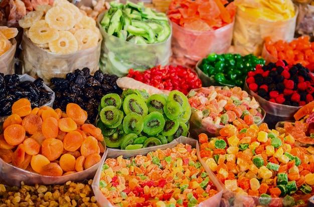 Сухофрукты и сладости на рынке в грузии.