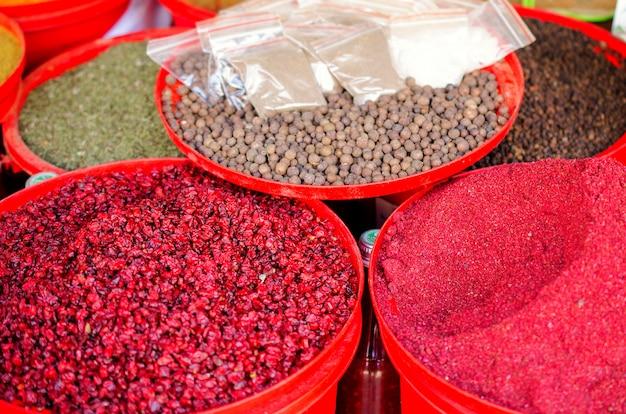 カラフルな容器で市場に出ているスパイス。