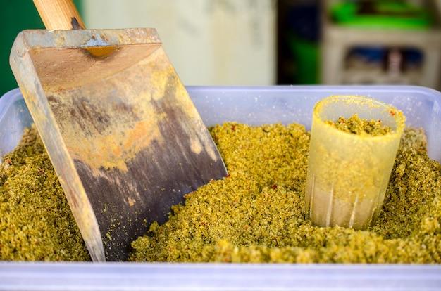 容器に入っている市場の香辛料。