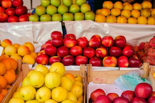 市場のカウンターの上のリンゴ。