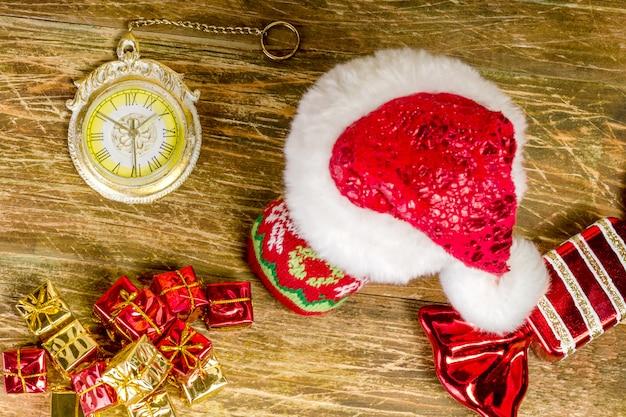 Рождественский чулок, покрытый шапкой санта-клауса.