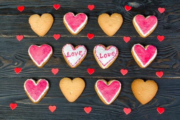 バレンタインデーの装飾。ハートの形をした、艶出しの小さなクッキーがたくさん。