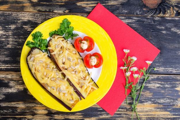 パルメザンチーズ、ひまわりの種、トマトの焼きナス