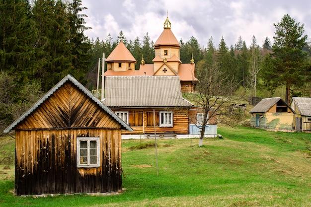 ウクライナのカルパチア人の山の村にある小さな小さな正教会の教会。