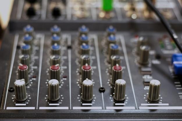 オーディオミキシングボード。サウンドミキシングコンソールとミキサーコントローラのボタン。トーン。