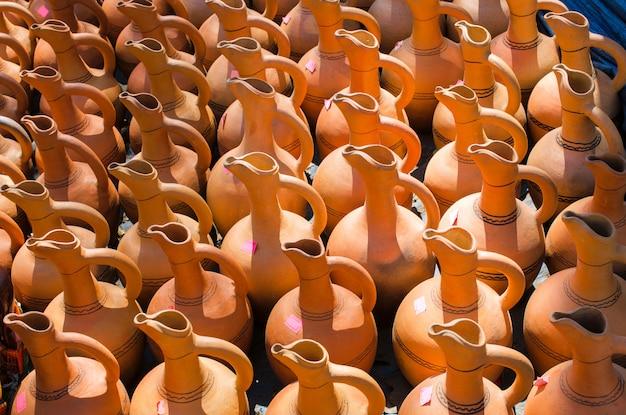 伝統的な典型的な手作りのセラミックスの水差し。