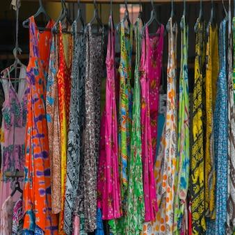 女性用ドレスは路上で販売されています。