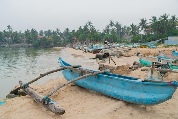 スリランカの港で漁師のボート。