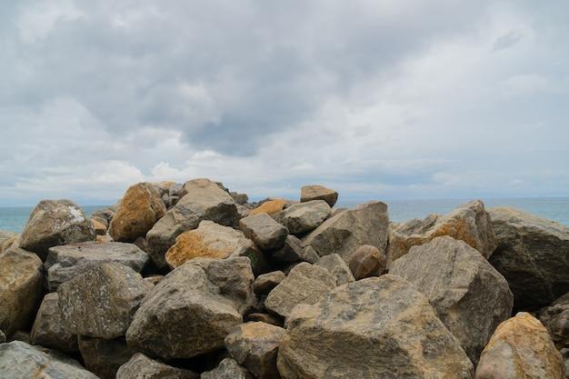 海の岩の尾根。
