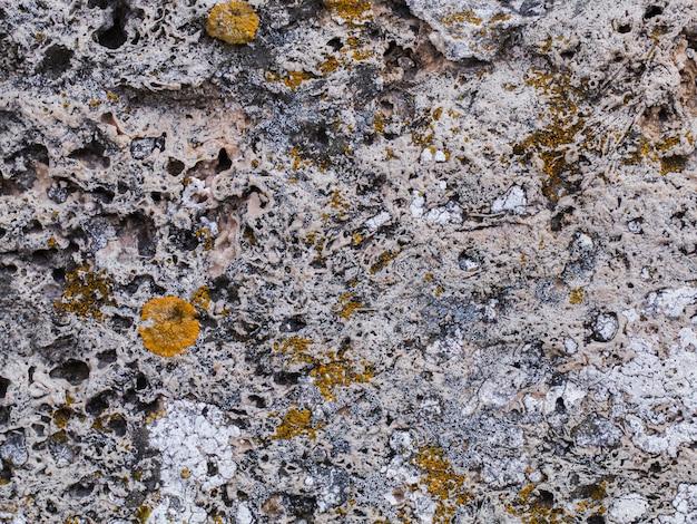 石の質感、時の影響で重傷を負い
