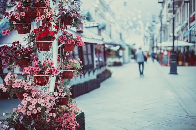 Цветы в корзине на улице.