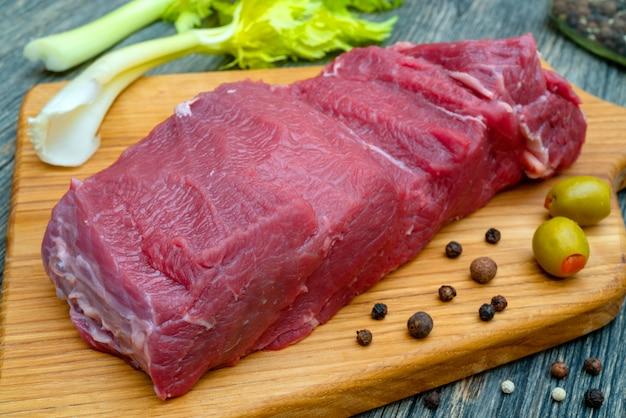 生の新鮮な赤身肉の肉まな板の上のスライス。