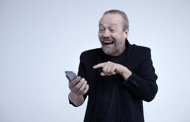 陽気な老人が電話で話しています。