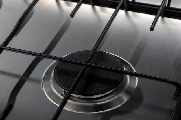 台所で調理するための現代のガスストーブ。
