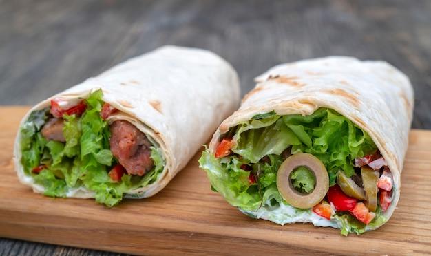 野菜と肉の新鮮なロールパン。