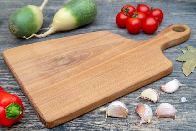 台所のテーブルにオークのまな板。