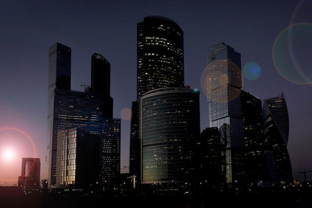 夕日の光の中の高層ビル。